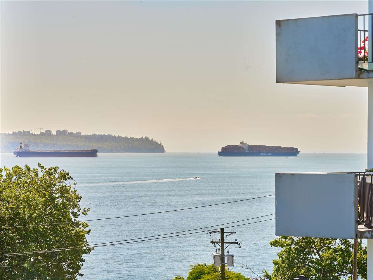 Main Photo: 402 1845 Bellevue Avenue in West Vancouver: Ambleside Condo for sale : MLS®# R2489166