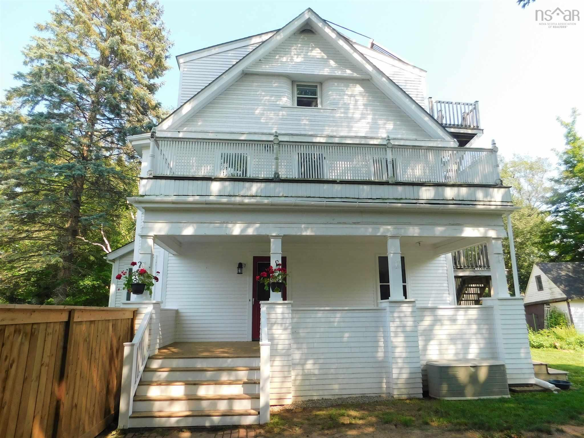 Main Photo: 15 LOCUST Avenue in Wolfville: 404-Kings County Multi-Family for sale (Annapolis Valley)  : MLS®# 202121091