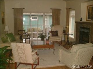 Photo 3: 2 1100 Tulip Ave in VICTORIA: SW Strawberry Vale Row/Townhouse for sale (Saanich West)  : MLS®# 505907