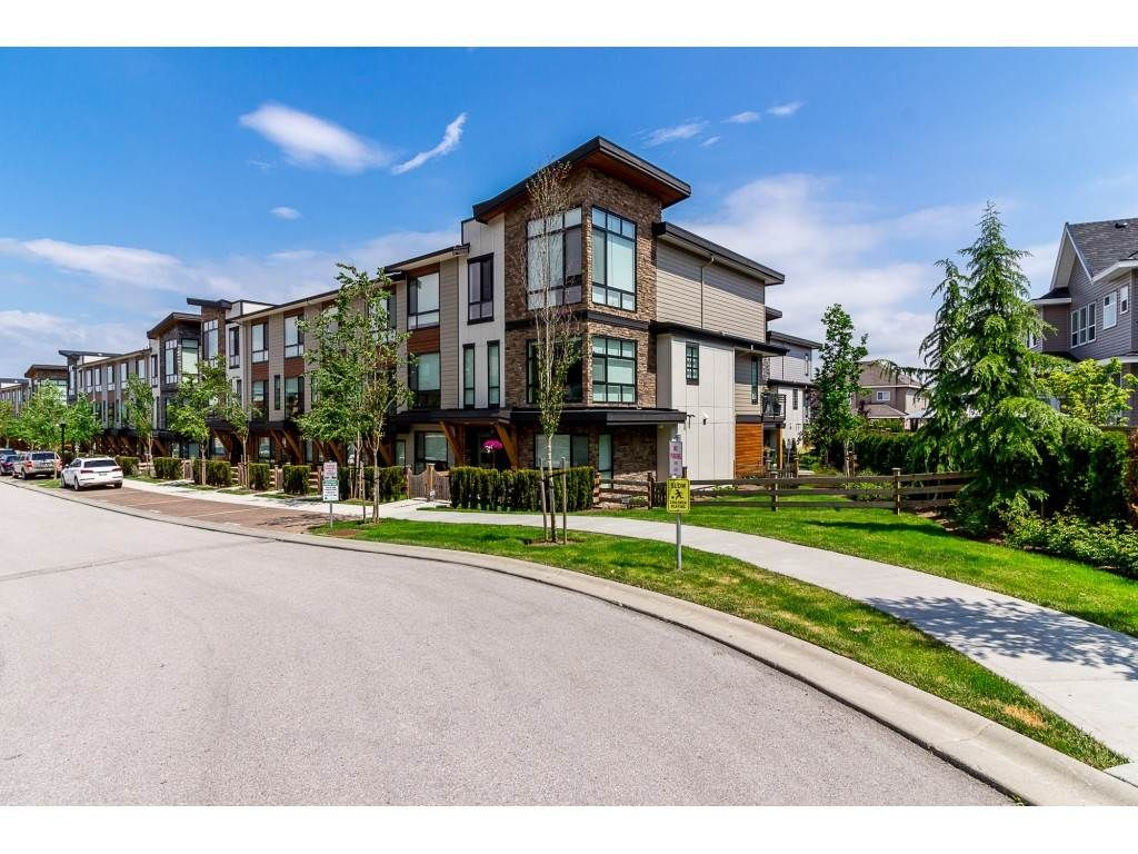 """Main Photo: 72 16488 64 Avenue in Surrey: Cloverdale BC Townhouse for sale in """"HARVEST AT BOSE"""" (Cloverdale)  : MLS®# R2270503"""
