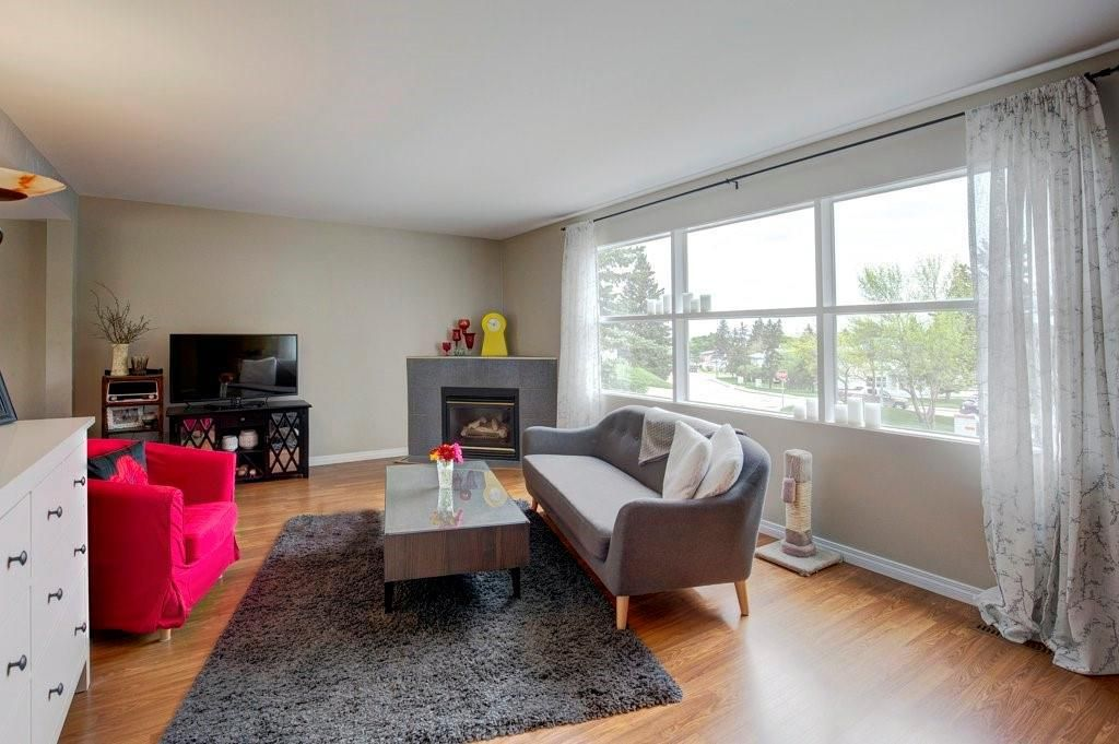 Photo 2: Photos: 615 Merrill Drive NE in Calgary: Winston Heights/Mountview Row/Townhouse for sale : MLS®# C4301720