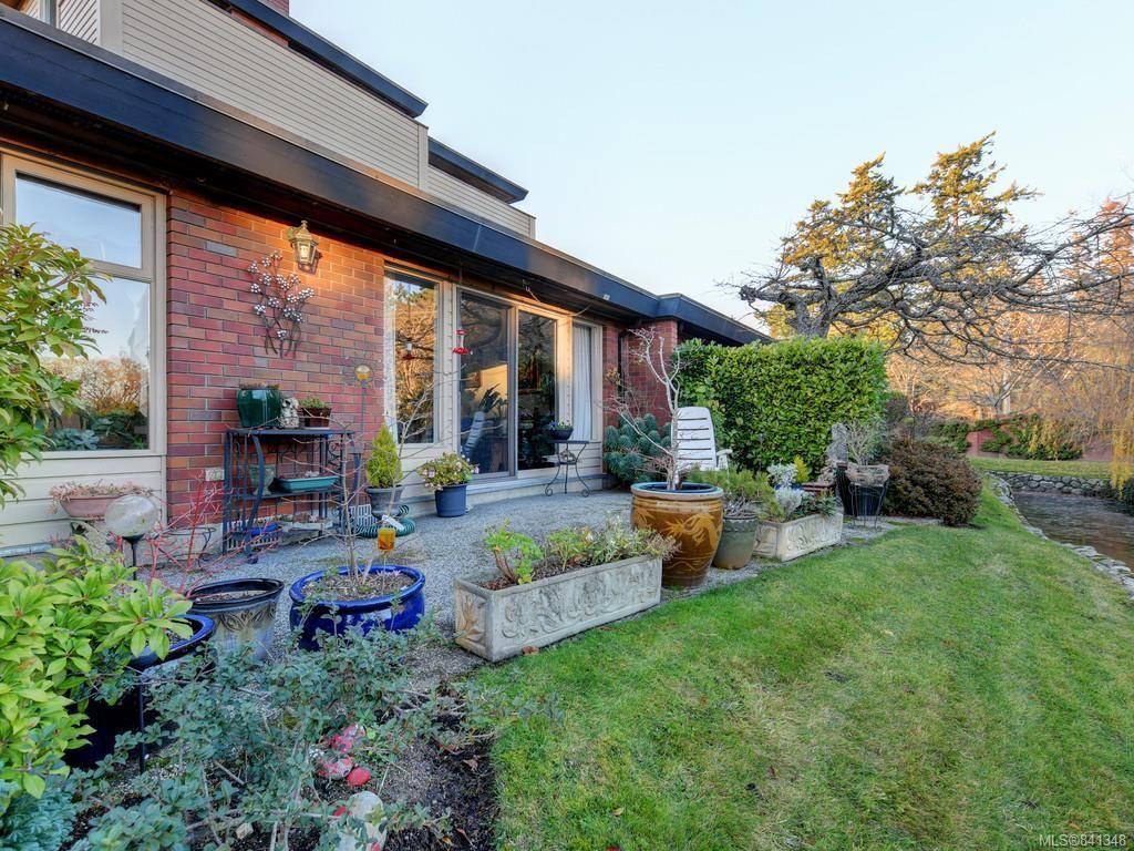 Main Photo: 161 2345 Cedar Hill Cross Rd in Oak Bay: OB Henderson Row/Townhouse for sale : MLS®# 841348