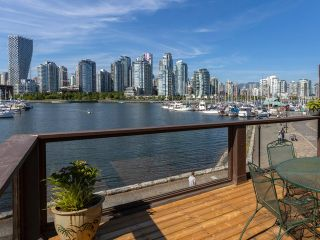 """Photo 2: 1128 IRONWORK PASSAGE in Vancouver: False Creek Townhouse for sale in """"SPRUCE VILLAGE"""" (Vancouver West)  : MLS®# R2382408"""