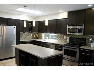 Photo 1: 970 Annie St in VICTORIA: SE Quadra Half Duplex for sale (Saanich East)  : MLS®# 606307