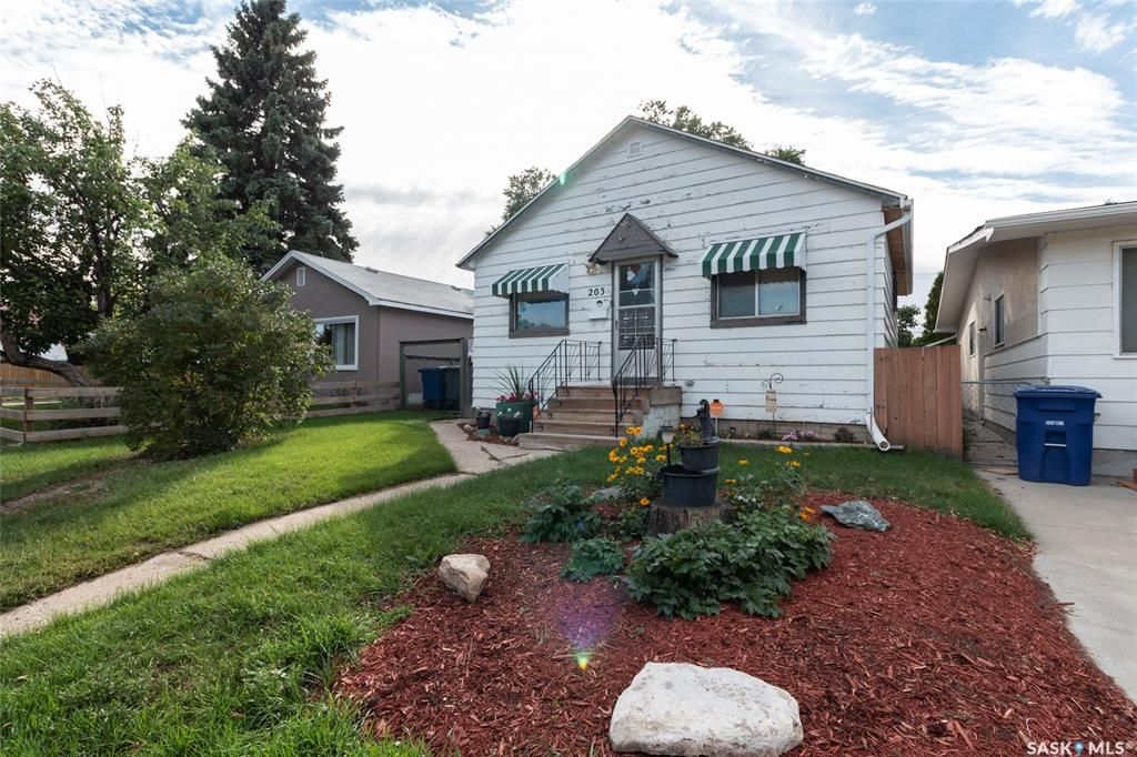 Main Photo: 203 S Avenue North in Saskatoon: Mount Royal SA Residential for sale : MLS®# SK870219