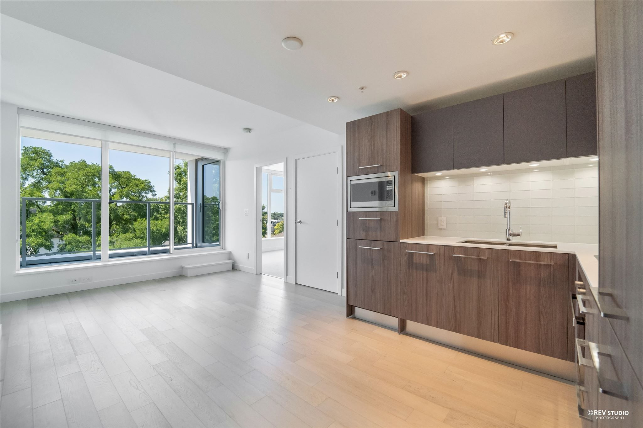 Main Photo: 621 2220 KINGSWAY in Vancouver: Victoria VE Condo for sale (Vancouver East)  : MLS®# R2601867