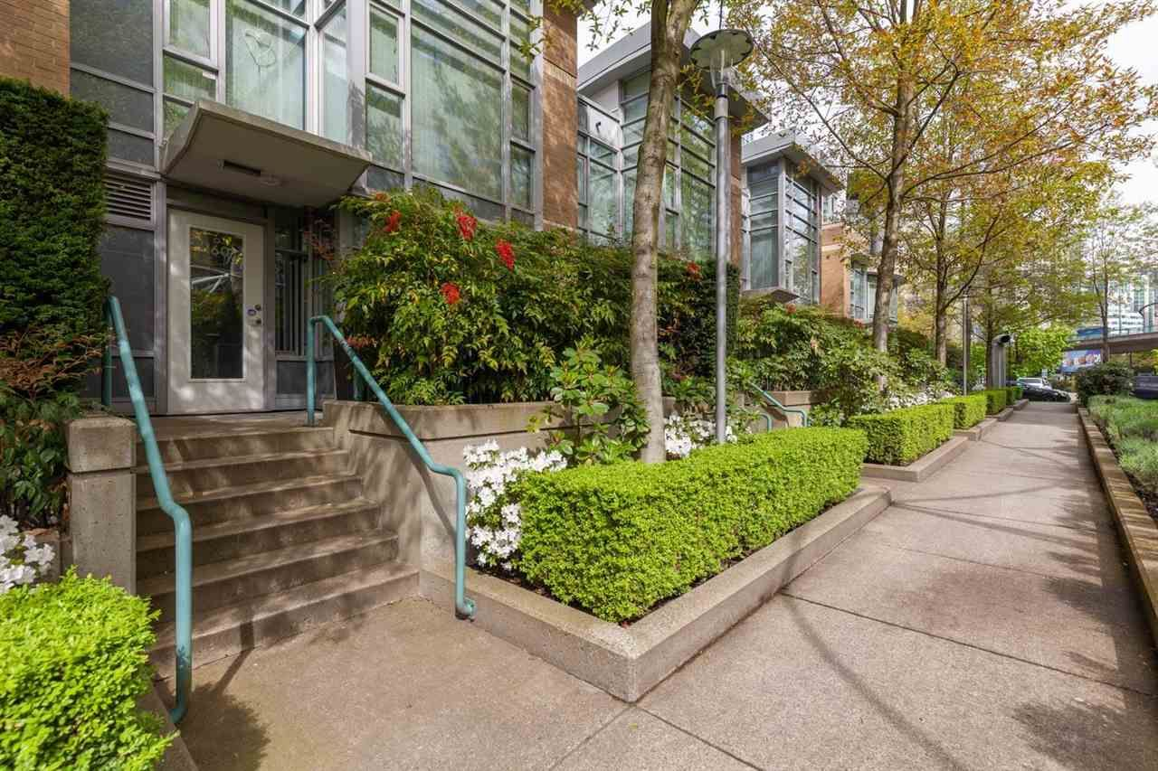 """Main Photo: 160 COOPER'S Mews in Vancouver: Yaletown Townhouse for sale in """"QUAY WEST"""" (Vancouver West)  : MLS®# R2608251"""