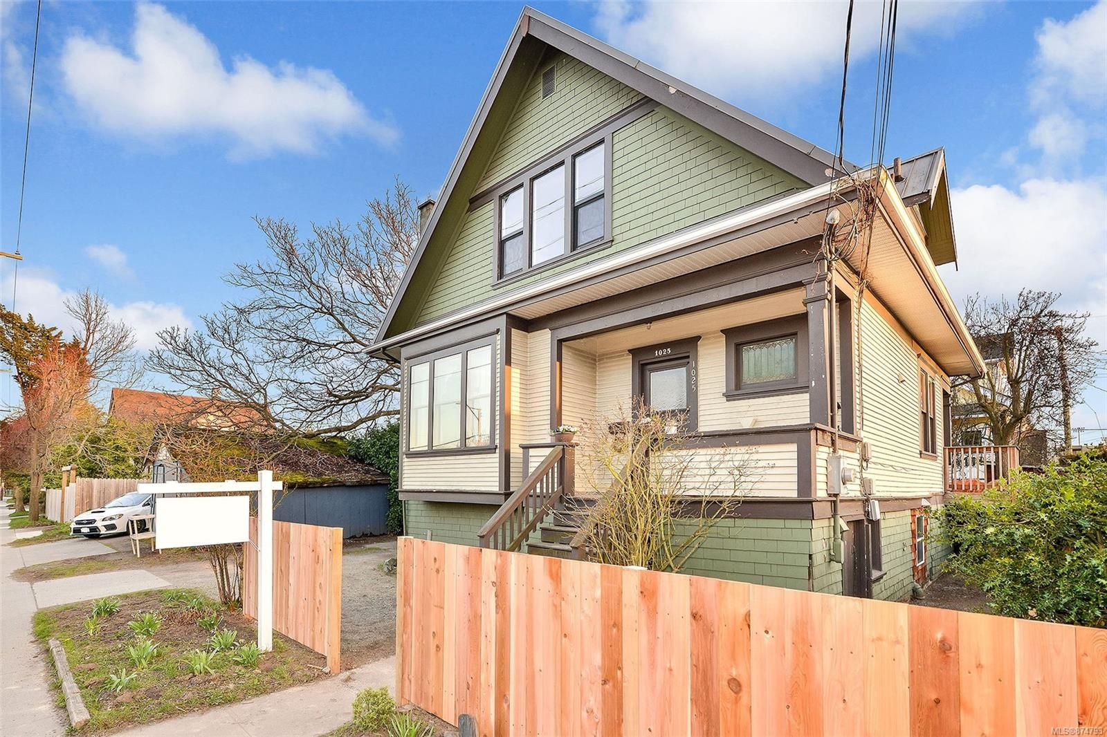 Main Photo: 1025 Bay St in : Vi Central Park House for sale (Victoria)  : MLS®# 874793