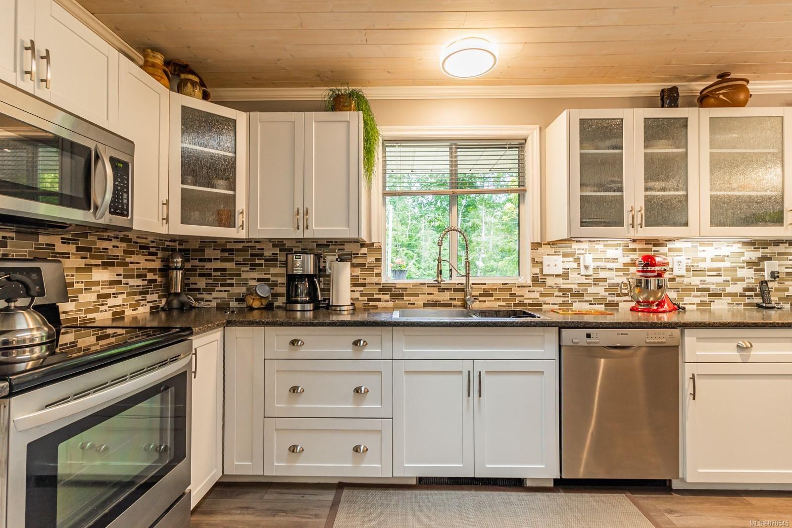 Photo 18: Photos: 1070 Symons Cres in : PQ Qualicum Beach House for sale (Parksville/Qualicum)  : MLS®# 878545