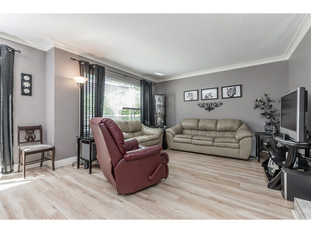 Photo 3: Photos: 33117 HILL Avenue in Mission: Mission BC House for sale : MLS®# R2271316