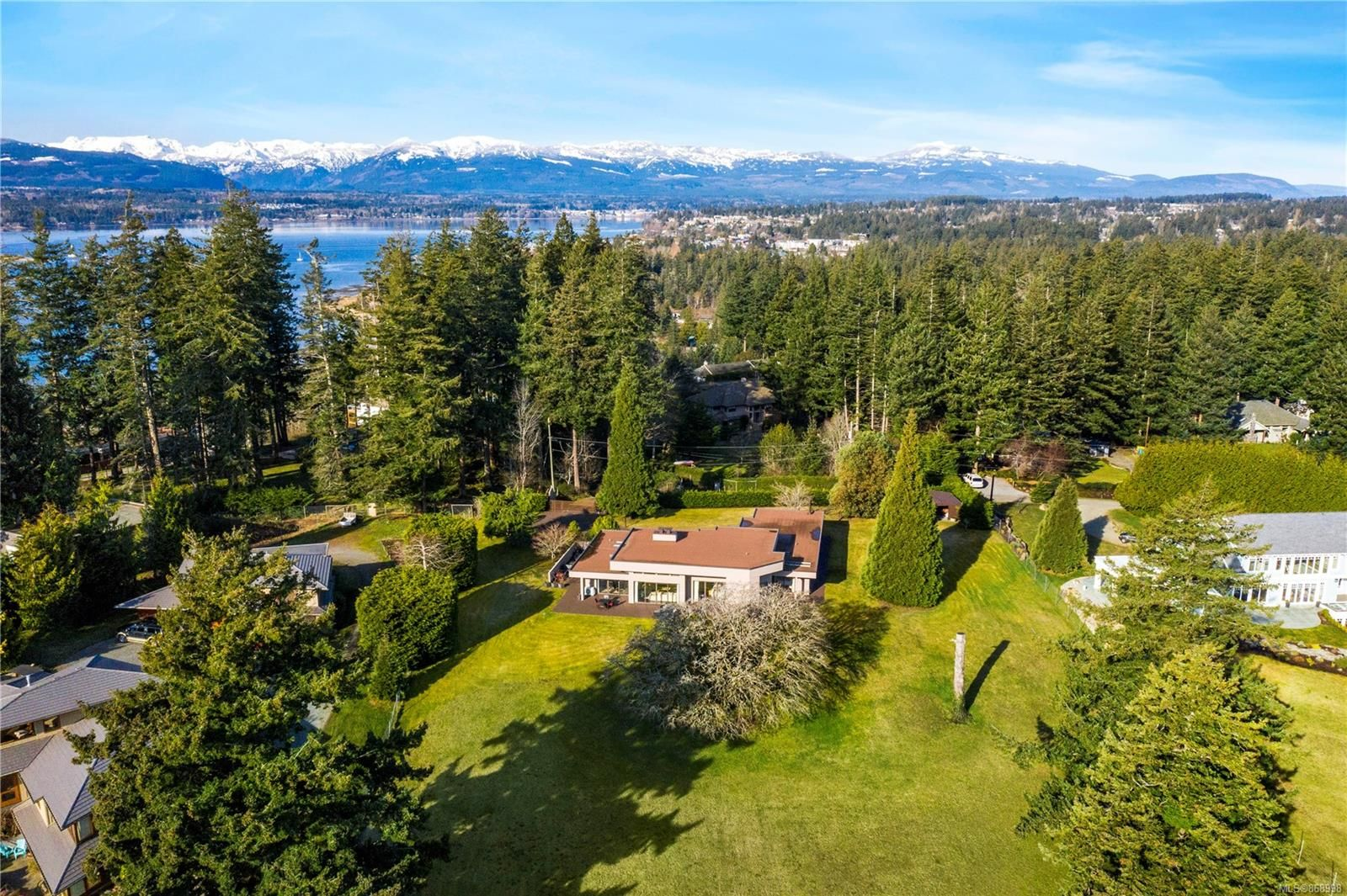 Main Photo: 104 Sandcliff Dr in : CV Comox Peninsula House for sale (Comox Valley)  : MLS®# 868998