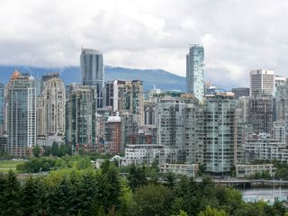 """Photo 8: 905 728 W 8TH Avenue in Vancouver: Fairview VW Condo for sale in """"700 WEST8TH"""" (Vancouver West)  : MLS®# R2082142"""