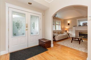 Photo 2: 2219 Highland Rd in View Royal: VR Prior Lake House for sale : MLS®# 746525