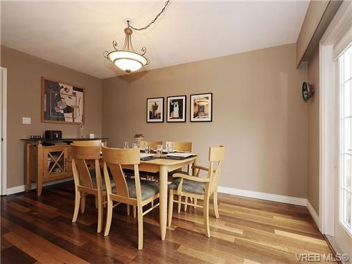 Photo 5: Photos: 2320 Hollyhill Pl in VICTORIA: SE Arbutus Half Duplex for sale (Saanich East)  : MLS®# 652006
