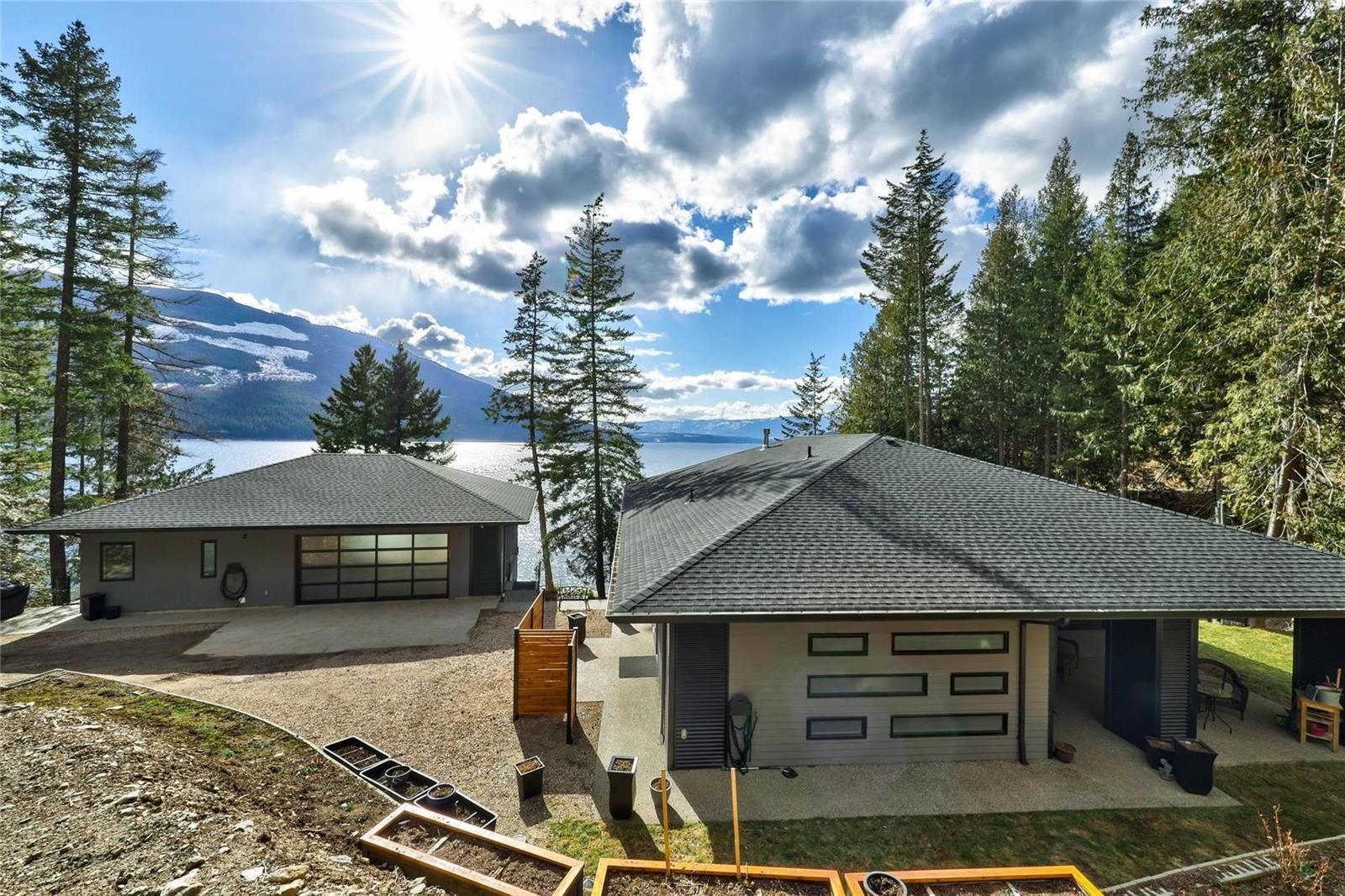 Main Photo: 5846 Sunnybrae-Canoe Point Road, in Tappen: House for sale : MLS®# 10240711