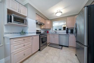 """Photo 5: 4794 WILLOWDALE Place in Burnaby: Greentree Village Townhouse for sale in """"Greentree Village"""" (Burnaby South)  : MLS®# R2590442"""