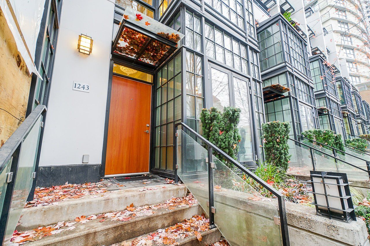 """Main Photo: 1243 SEYMOUR Street in Vancouver: Downtown VW Townhouse for sale in """"elan"""" (Vancouver West)  : MLS®# R2519042"""