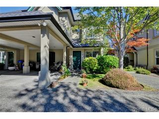 Photo 1: 4 2633 Shelbourne St in VICTORIA: Vi Jubilee Row/Townhouse for sale (Victoria)  : MLS®# 741791