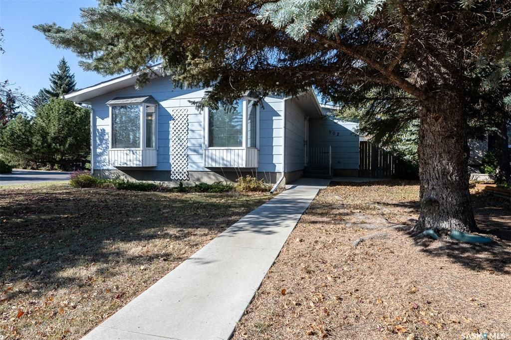 Main Photo: 902 Coppermine Crescent in Saskatoon: River Heights SA Residential for sale : MLS®# SK873602