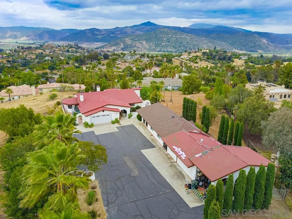 Main Photo: NORTH ESCONDIDO House for sale : 3 bedrooms : 2658 Summit Dr in Escondido