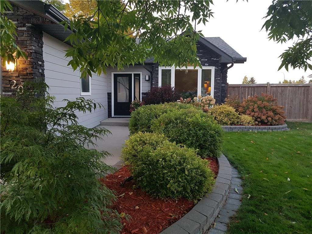 Photo 2: Photos: 20 PENROSE Crescent in Steinbach: R16 Residential for sale : MLS®# 202107867