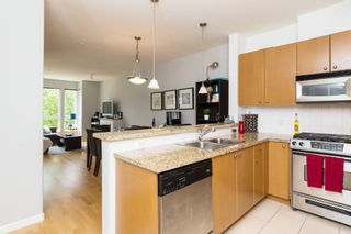 """Photo 3: 406 14 E ROYAL Avenue in New Westminster: Fraserview NW Condo for sale in """"Victoria Hill"""" : MLS®# R2092920"""