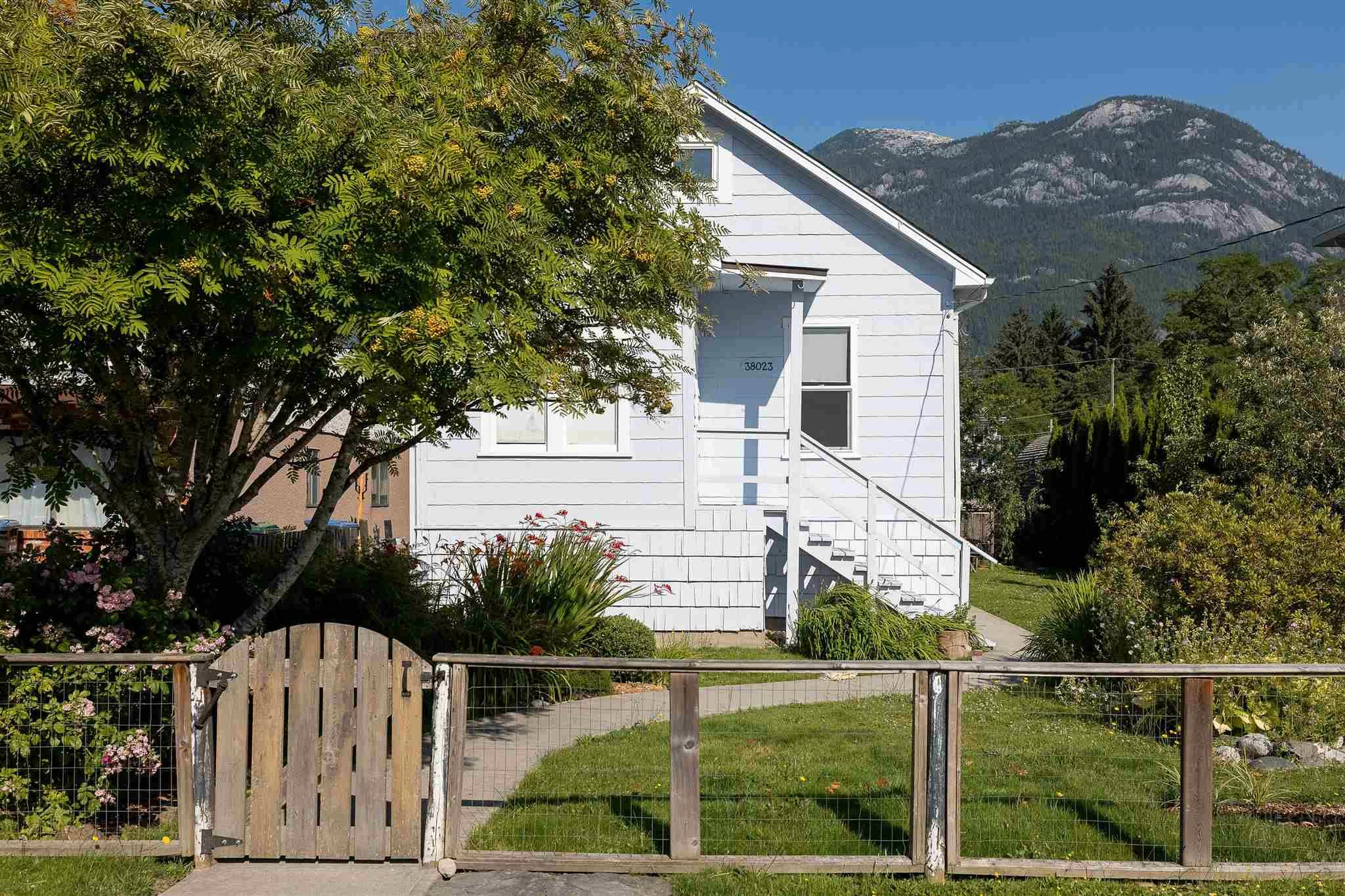 Main Photo: 38023 FIFTH Avenue in Squamish: Downtown SQ House for sale : MLS®# R2600547