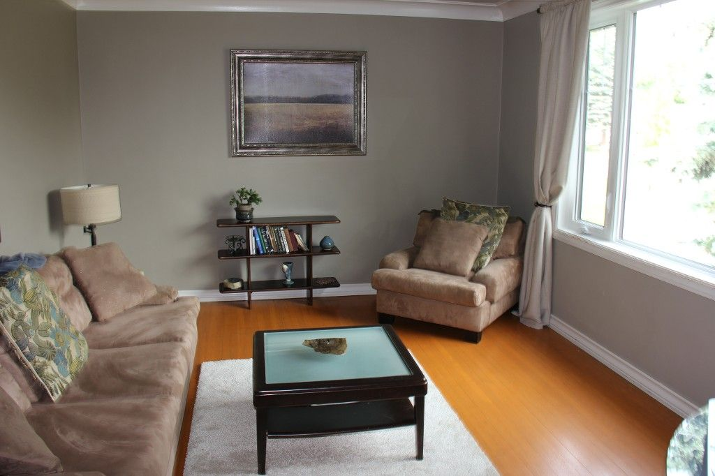 Photo 2: Photos: : Residential for sale : MLS®# 1718337