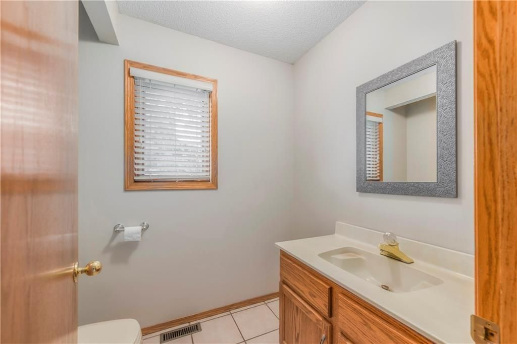 Photo 16: Photos: 2603 SIGNAL RIDGE View SW in Calgary: Signal Hill House for sale : MLS®# C4177922