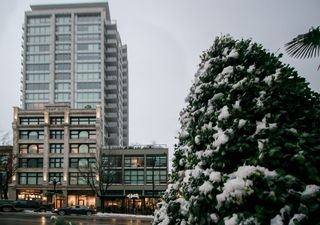 """Photo 2: 1012 668 COLUMBIA Street in New Westminster: Quay Condo for sale in """"TRAPP + HOLBROOK"""" : MLS®# R2137000"""