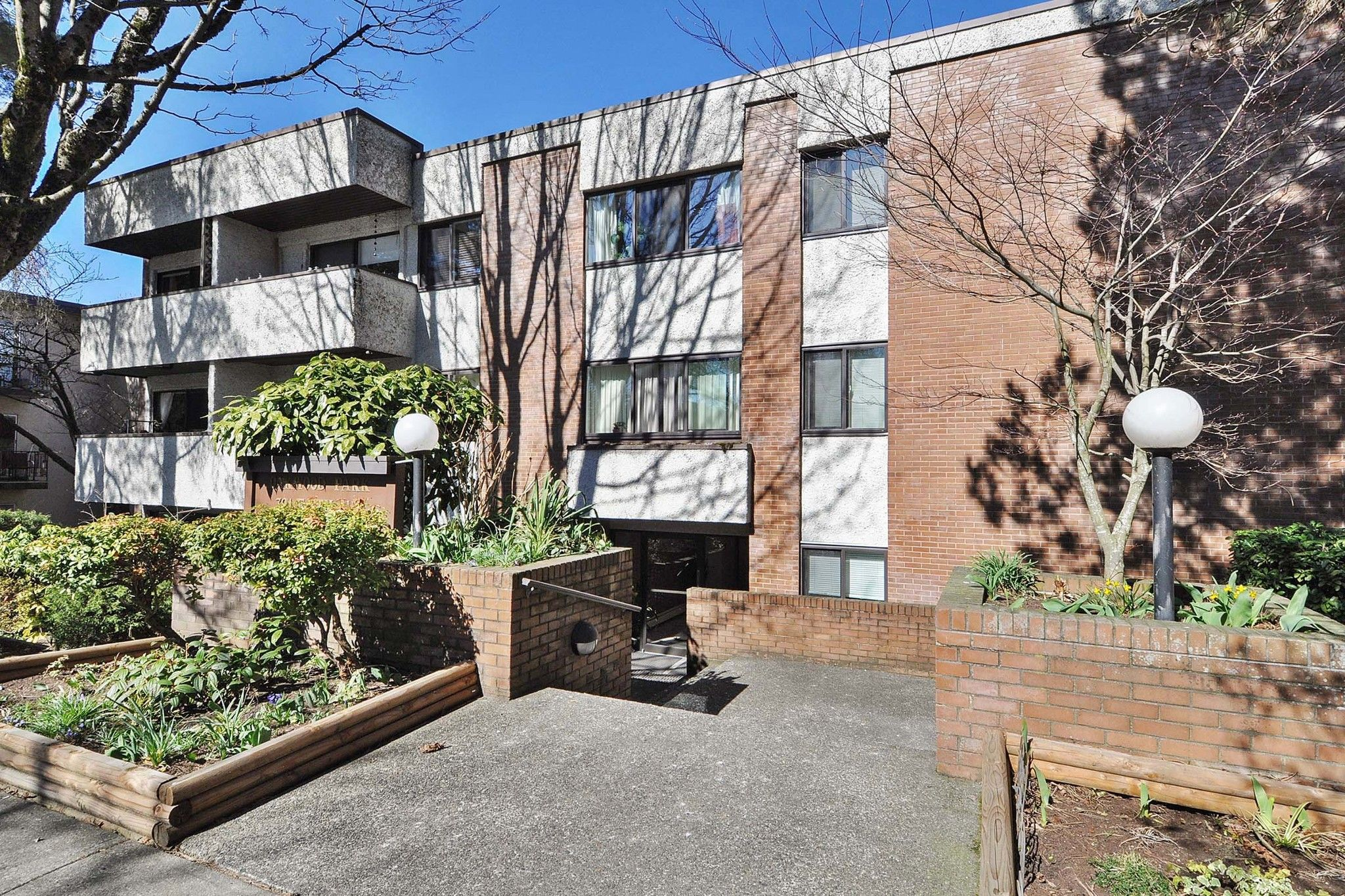 """Photo 1: Photos: 302 391 E 7TH Avenue in Vancouver: Mount Pleasant VE Condo for sale in """"OAKWOOD PARK"""" (Vancouver East)  : MLS®# R2352076"""
