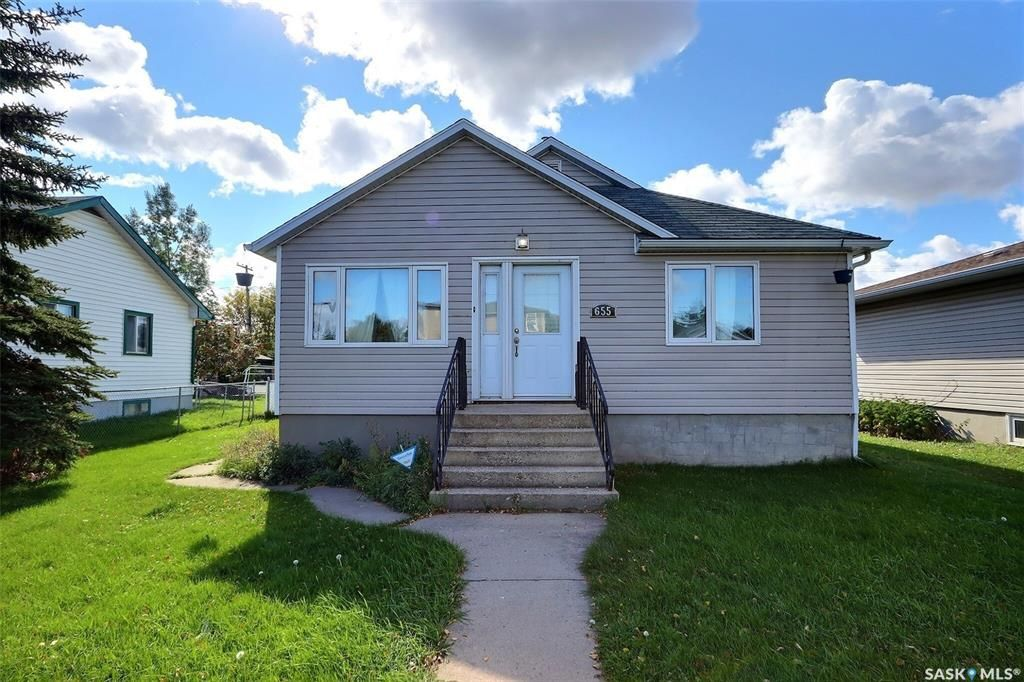 Main Photo: 655 4th Street East in Prince Albert: East Flat Residential for sale : MLS®# SK872073