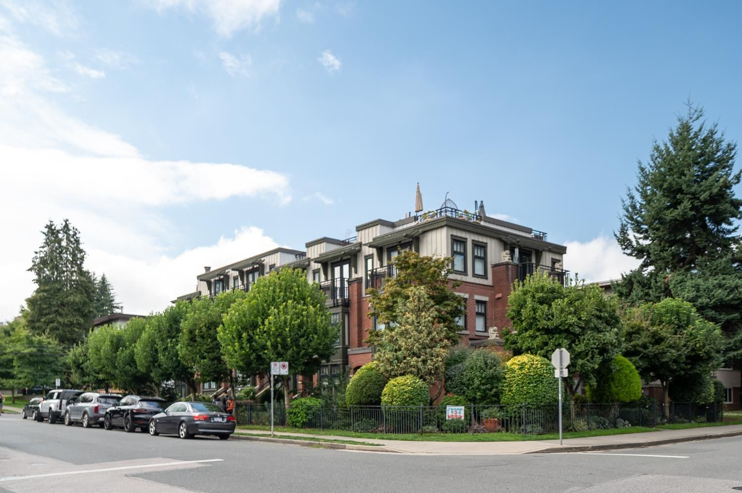 """Main Photo: 1719 MAPLE Street in Vancouver: Kitsilano Townhouse for sale in """"The Townhomes on Maple"""" (Vancouver West)  : MLS®# R2617762"""