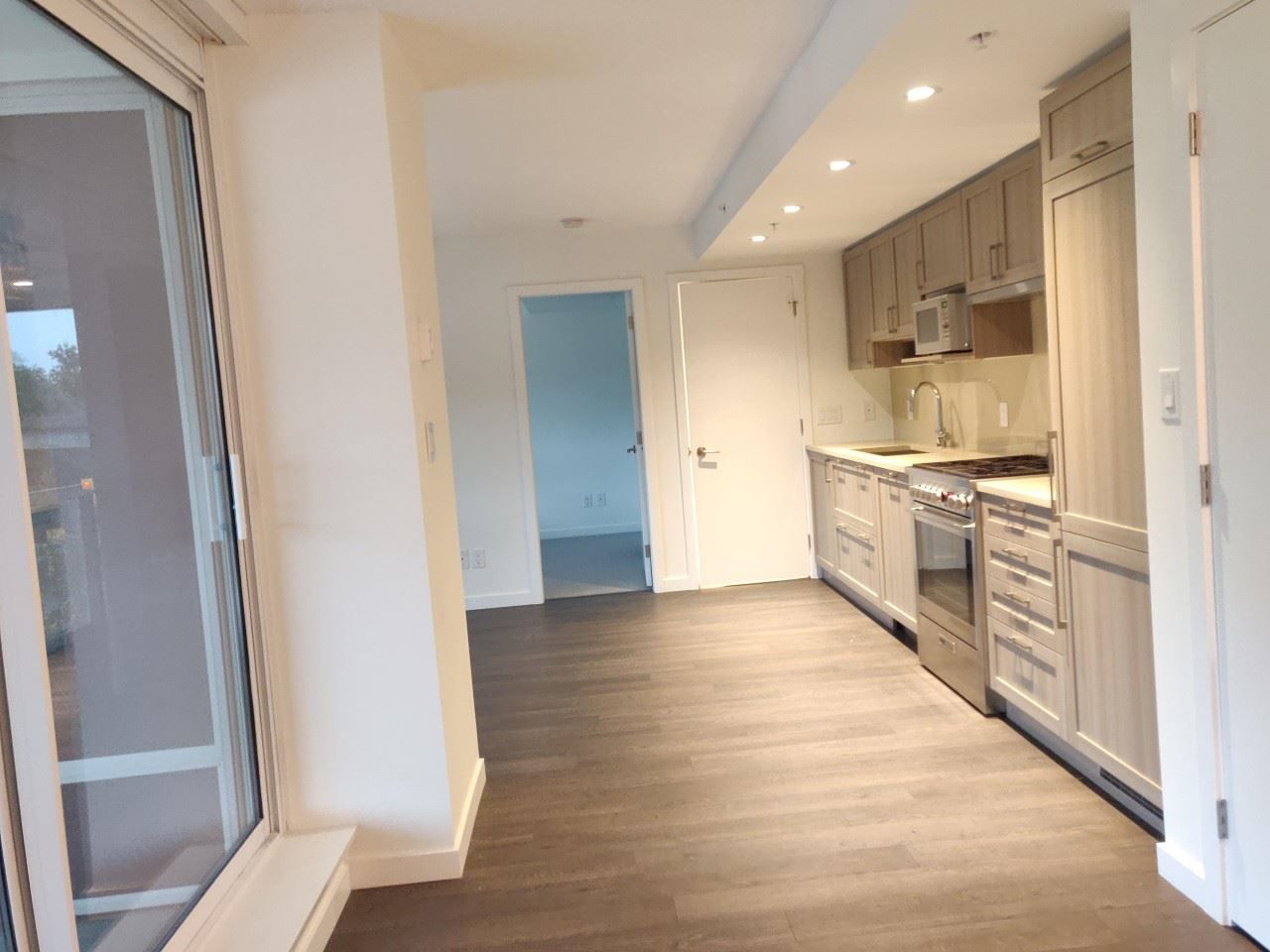 """Photo 4: Photos: 205 5515 BOUNDARY Road in Vancouver: Collingwood VE Condo for sale in """"WALL CENTER CETNRAL PARK"""" (Vancouver East)  : MLS®# R2516109"""