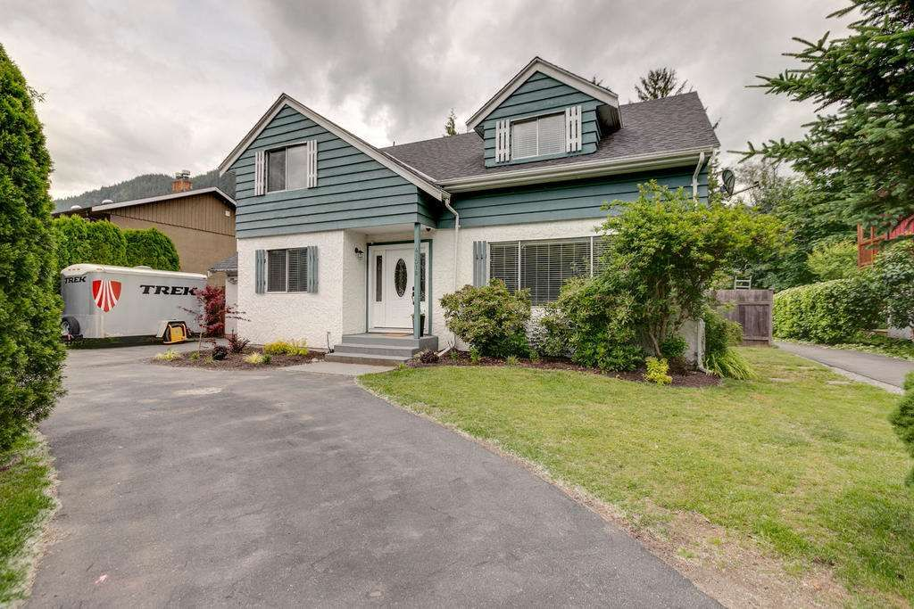 """Main Photo: 41318 KINGSWOOD Road in Squamish: Brackendale House for sale in """"Eagle Run"""" : MLS®# R2277038"""