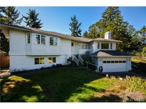 Main Photo: 121 Rockcliffe Pl in VICTORIA: La Thetis Heights House for sale (Langford)  : MLS®# 734804