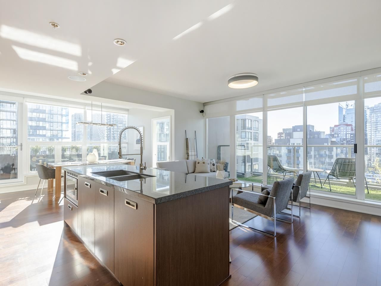 """Main Photo: 2001 1055 RICHARDS Street in Vancouver: Downtown VW Condo for sale in """"Donovan"""" (Vancouver West)  : MLS®# R2555936"""