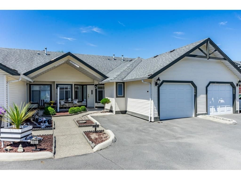 """Main Photo: 106 19649 53 Avenue in Langley: Langley City Townhouse for sale in """"Huntsfield Green"""" : MLS®# R2595915"""