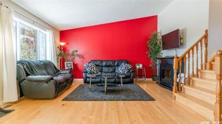 Photo 2: 122 Stacey Crescent in Saskatoon: Dundonald Residential for sale : MLS®# SK803368