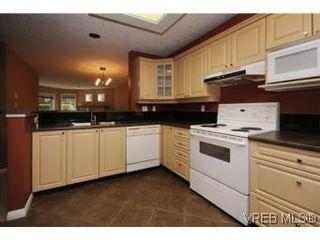 Photo 1: 111 1083 Tillicum Rd in VICTORIA: Es Kinsmen Park Condo for sale (Esquimalt)  : MLS®# 530725