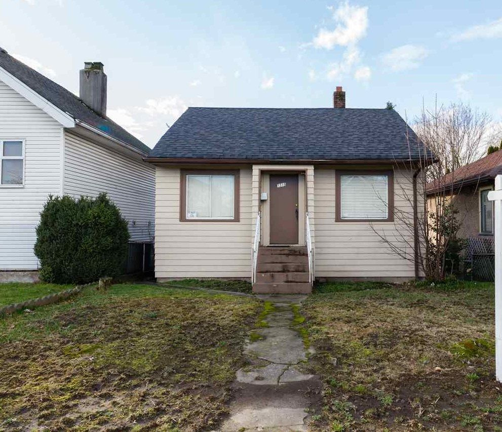Main Photo: : House for sale : MLS®# r2035695