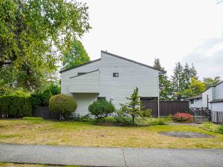 """Photo 3: 3 3370 ROSEMONT Drive in Vancouver: Champlain Heights Townhouse for sale in """"ASPENWOOD"""" (Vancouver East)  : MLS®# R2493440"""