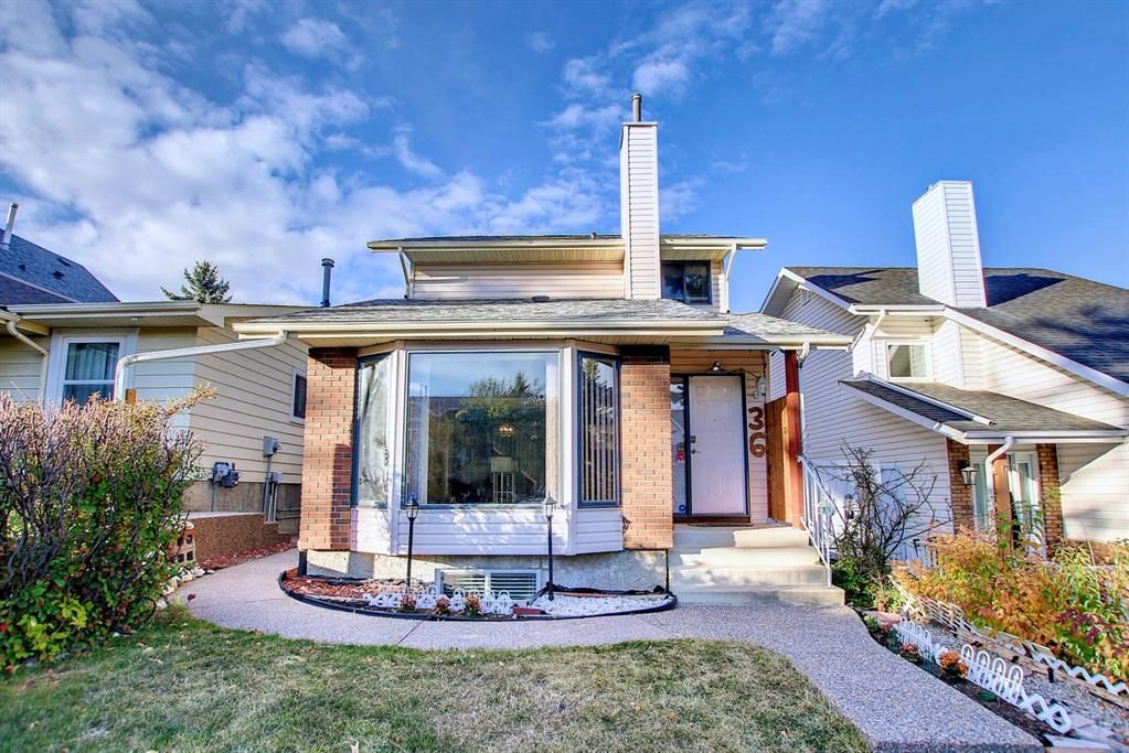 Main Photo: 36 Strathearn Crescent SW in Calgary: Strathcona Park Detached for sale : MLS®# A1152503
