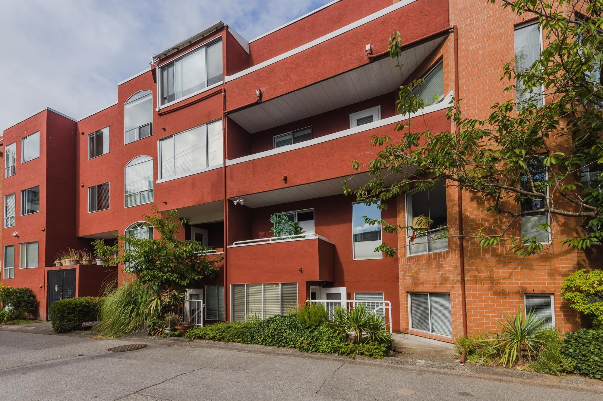 """Main Photo: 107 1010 CHILCO Street in Vancouver: West End VW Condo for sale in """"Chilco Park"""" (Vancouver West)  : MLS®# R2614258"""