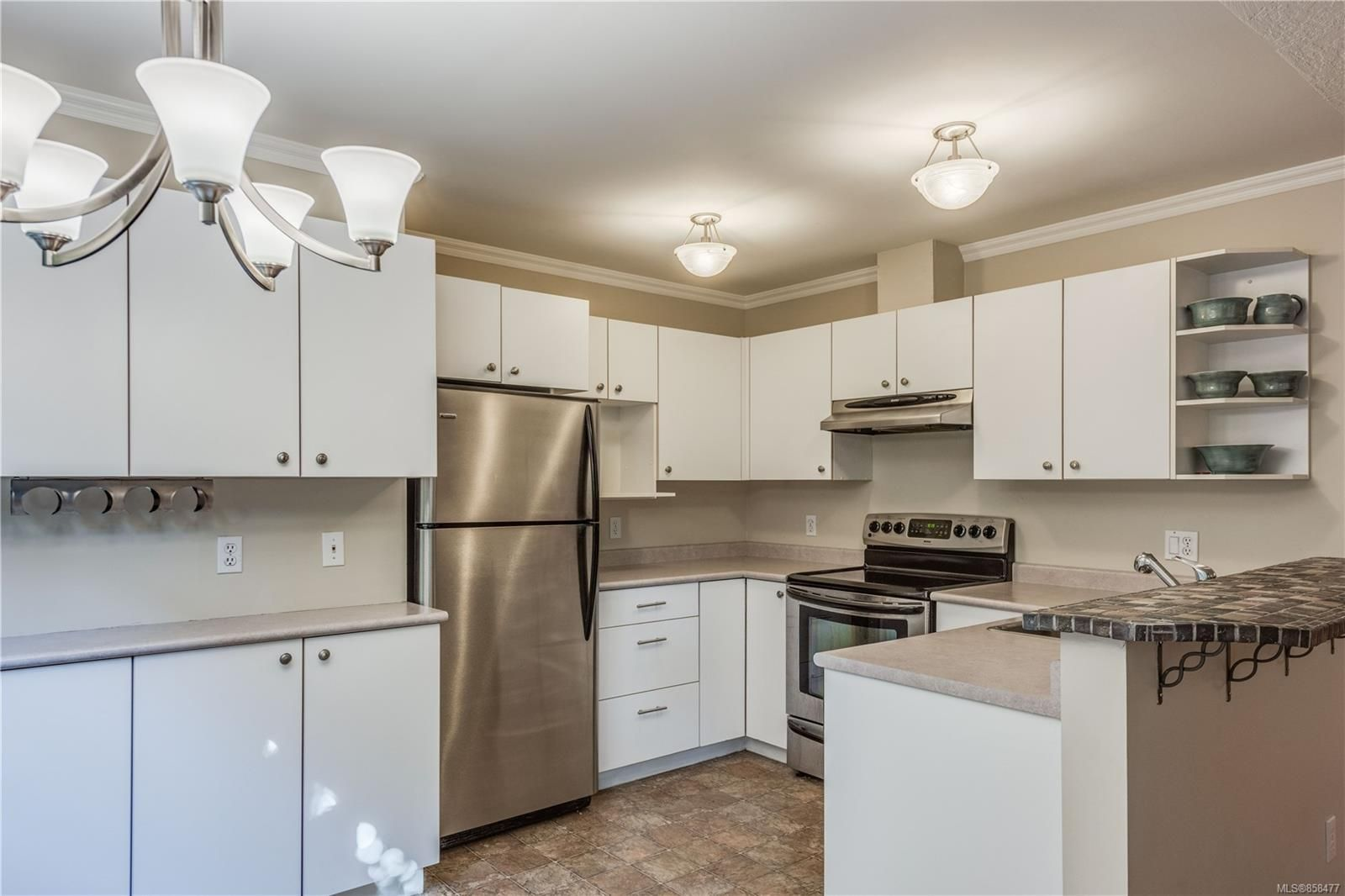 Main Photo: 102 1025 Meares St in Victoria: Vi Downtown Condo for sale : MLS®# 858477