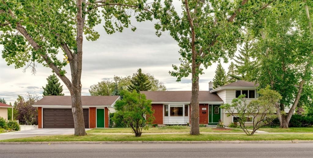 Main Photo: 3331 52 Avenue NW in Calgary: Brentwood Detached for sale : MLS®# A1025144