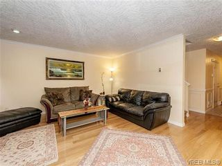 Photo 3: 2 1241 Santa Rosa Ave in VICTORIA: SW Strawberry Vale Row/Townhouse for sale (Saanich West)  : MLS®# 725343