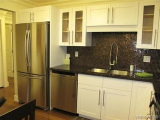 Photo 2: 111 1560 Hillside Ave in VICTORIA: Vi Oaklands Condo for sale (Victoria)  : MLS®# 682375