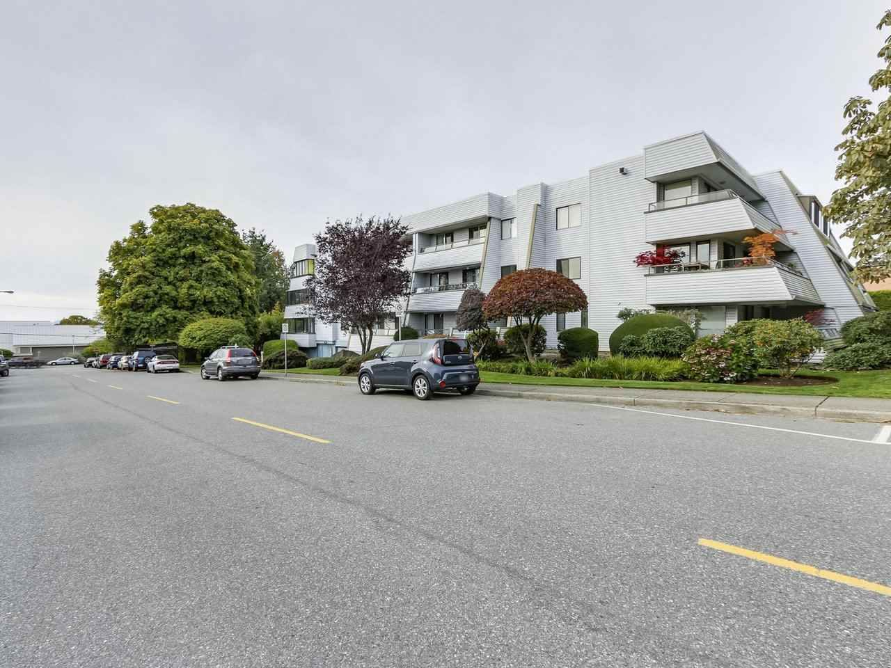 """Photo 3: Photos: 311 1341 GEORGE Street: White Rock Condo for sale in """"OCEANVIEW"""" (South Surrey White Rock)  : MLS®# R2381098"""