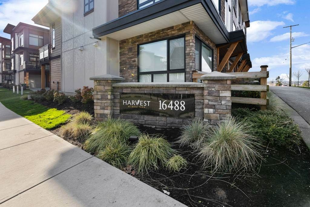 "Main Photo: 160 16488 64 Avenue in Surrey: Cloverdale BC Townhouse for sale in ""Harvest"" (Cloverdale)  : MLS®# R2538763"